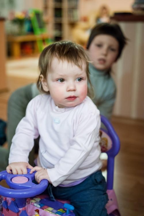 7 Есения - Есения - Малыши часто гораздо охотнее фотографируются  дома, где все знакомо и приятно) в домашних условиях и съемка получается уютной и теплой, а малыша удается снять более непосредственным и естественным:)