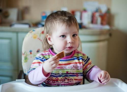 17 Есения - Есения - Малыши часто гораздо охотнее фотографируются  дома, где все знакомо и приятно) в домашних условиях и съемка получается уютной и теплой, а малыша удается снять более непосредственным и естественным:)