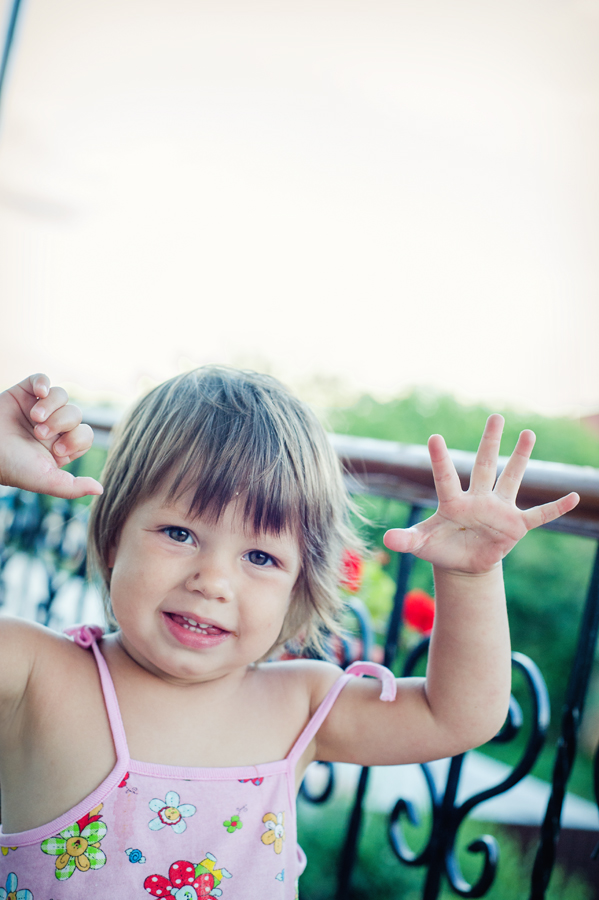 23 Есения - Есения - Малыши часто гораздо охотнее фотографируются  дома, где все знакомо и приятно) в домашних условиях и съемка получается уютной и теплой, а малыша удается снять более непосредственным и естественным:)